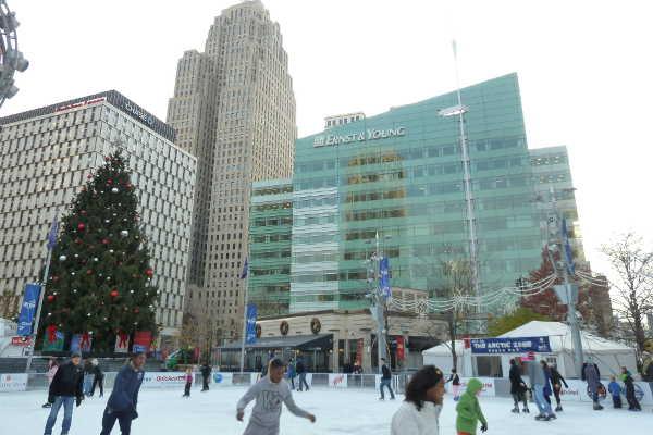 Eisbahn am Campus Martius Park, Downtown Detroit © Andrea Bonder