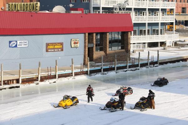 Mit dem Schneemobil zur Bowlingbahn © Foto: Andrea Bonder